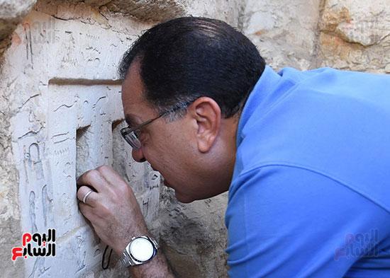 رئيس الوزراء ينزل فى بئر أثرى بواسطة حبل (8)