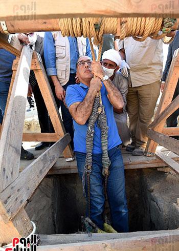 رئيس الوزراء ينزل فى بئر أثرى بواسطة حبل (2)