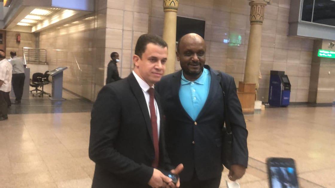 اسماعيل يوسف مع موظف المطار