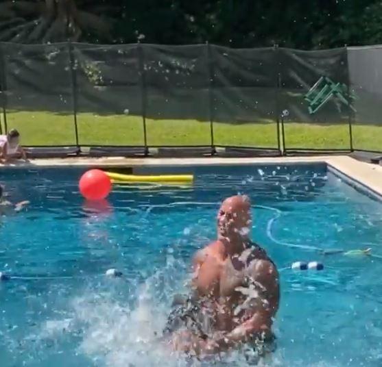 ذا روك يلعب مع ابنته