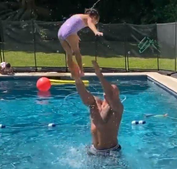 ذا روك مع ابنته في حمام السباحة