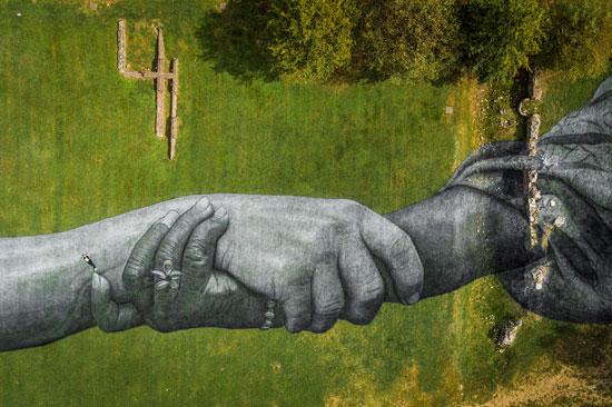 الأيدى المتشابكة