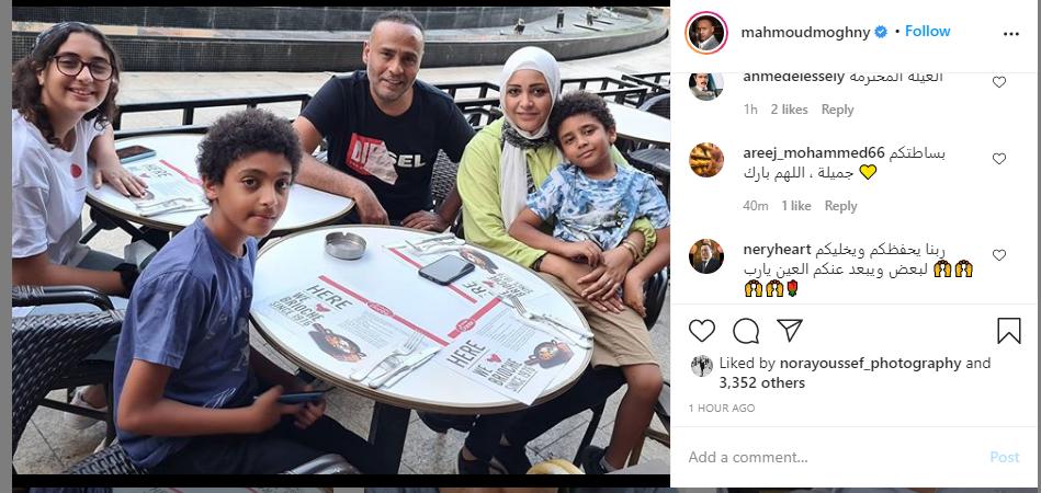 شاهد صورة جديدة للفنان محمود عبد المغنى مع زوجته وأبنائه