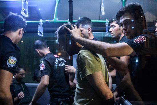 تقييد عناصر الجيش التركى بالقيود