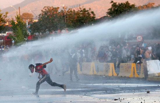 اطلاق مدافع المياه لتفريق المحتجين