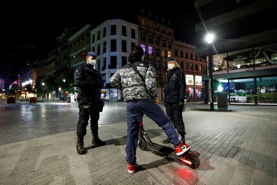 الشرطة البلجيكية تستوقف أحد المارة