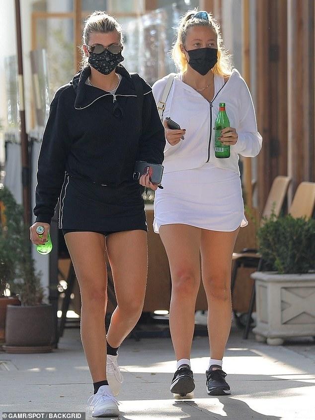 عارضة الأزياء العالمية صوفيا ريتشي برفقة صديقتها