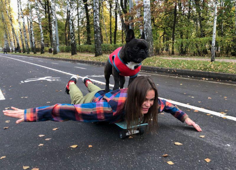 الكلب نورد بوس يتزلج مع صاحبته الروسية