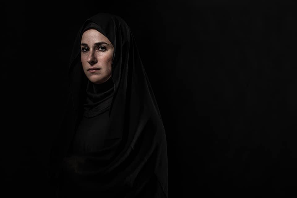 شيرى عادل فى جلسة تصوير بالحجاب والعباءة