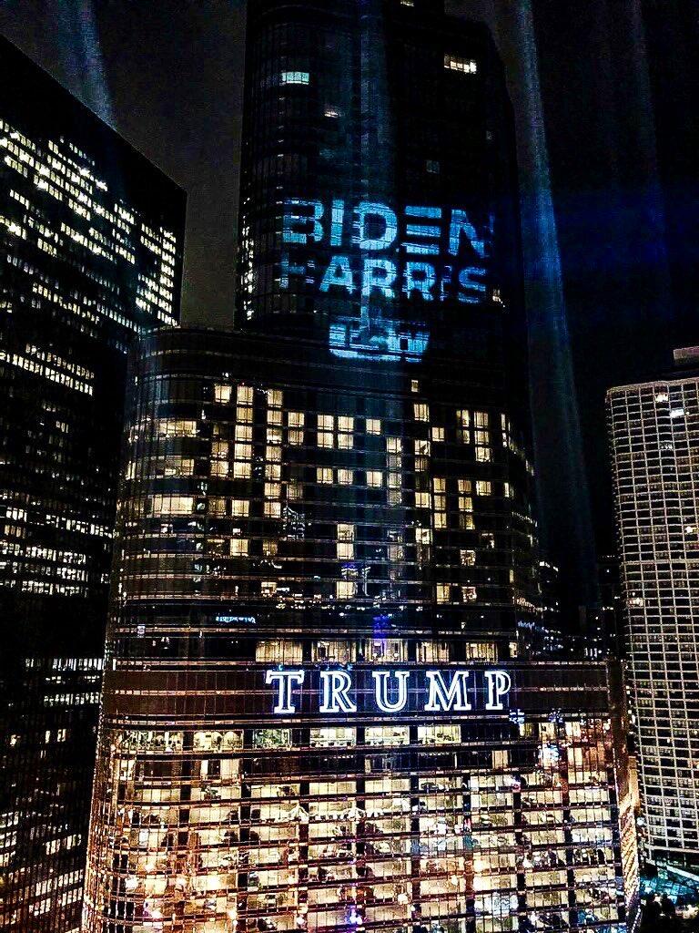 برج ترامب مضاء باسم بايدن وكاميلا