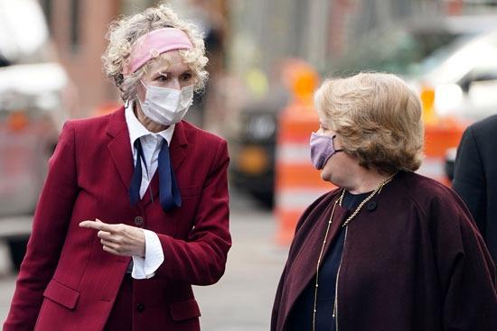 الكاتبة الأمريكية في نقاش مع أحد المحاميات