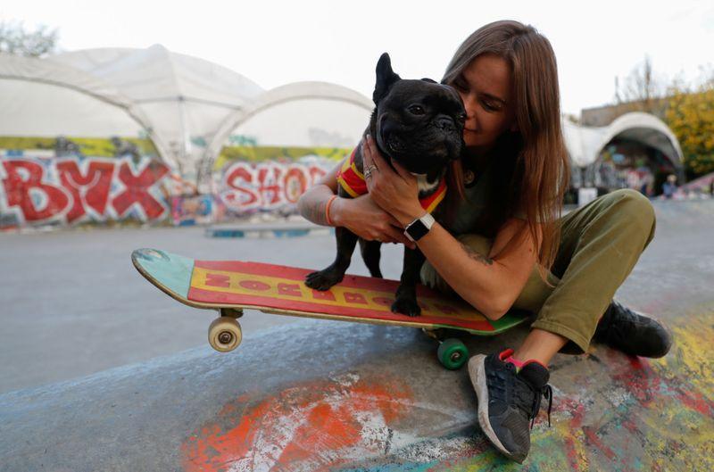 ناتاشا دربت كلبها عل التزلج مثل المحترفين