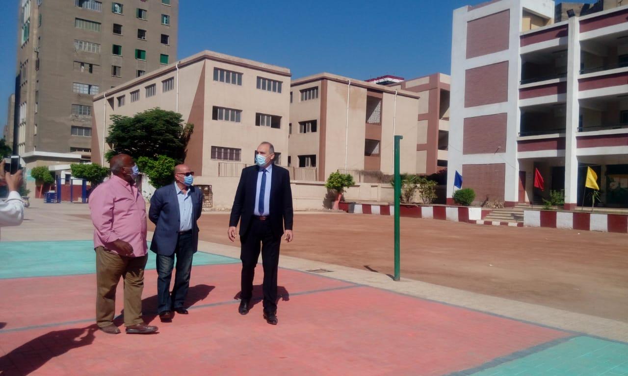 مدير تعليم القاهرة يتفقد انتظام الدراسة  (3)