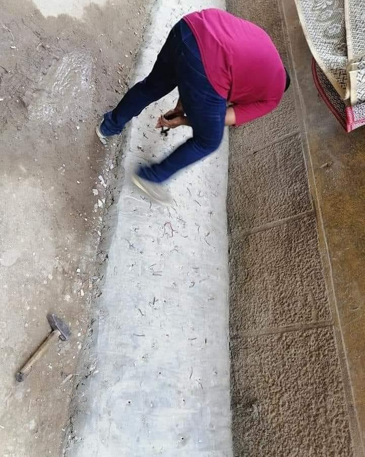 رئيس مدينة ميت غمر يغرم سيدة 400 جنيه لتثبيتها مسامير أمام منزلها .. صور