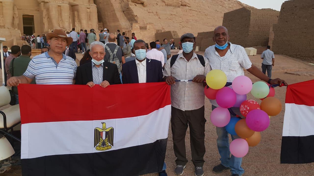 المصريون يرفعون أعلام مصر