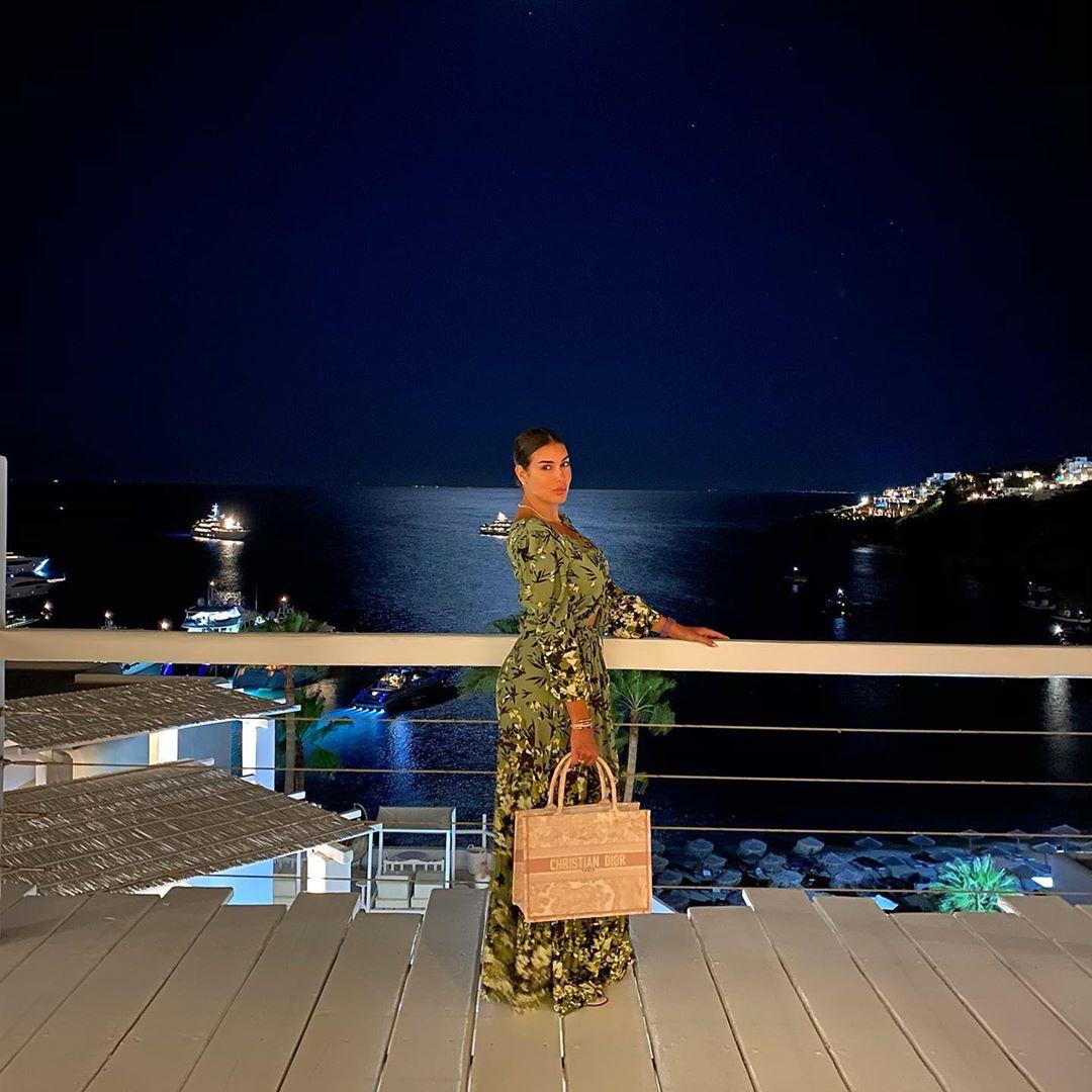 ياسمين صبرى أمام البحر من رحتها فى اليونان
