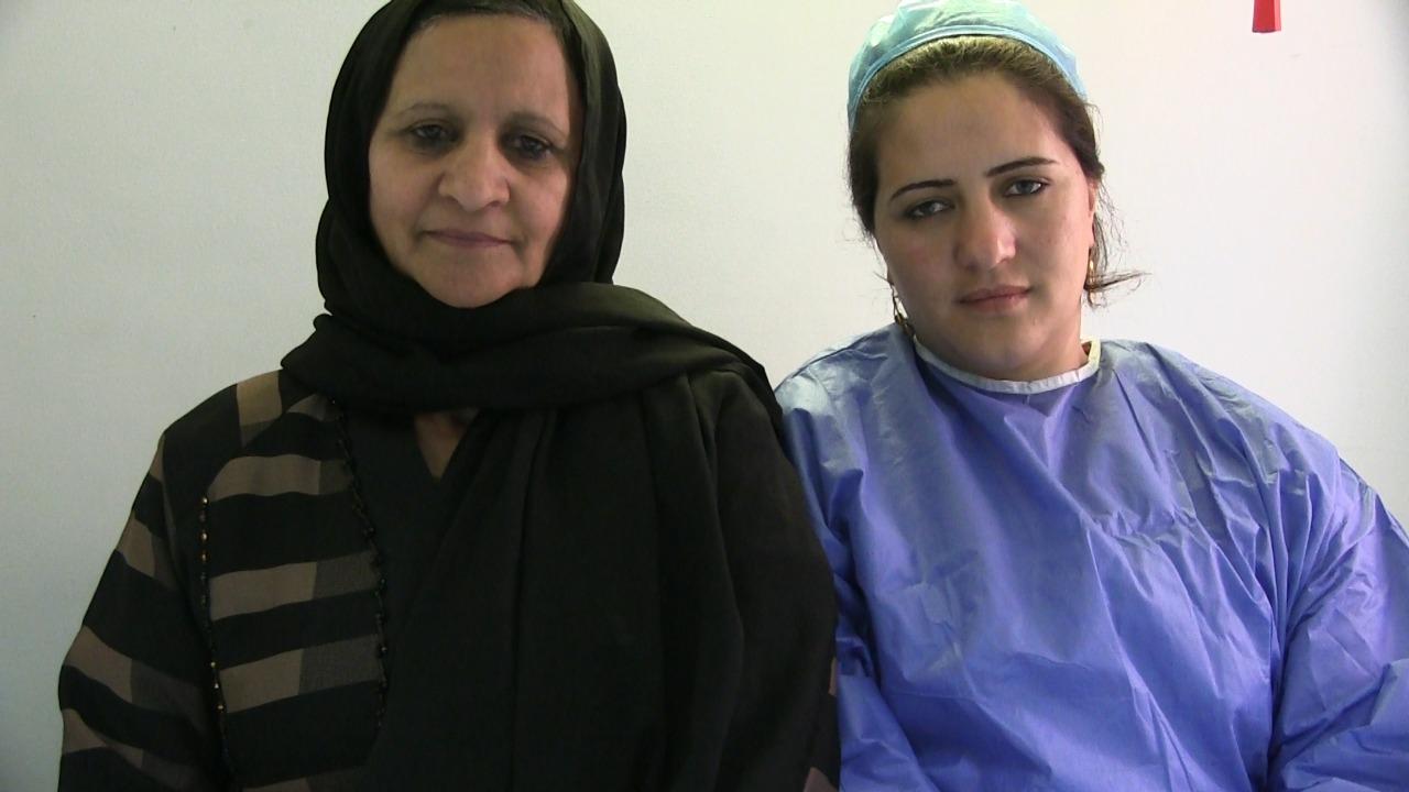 مع والدتها