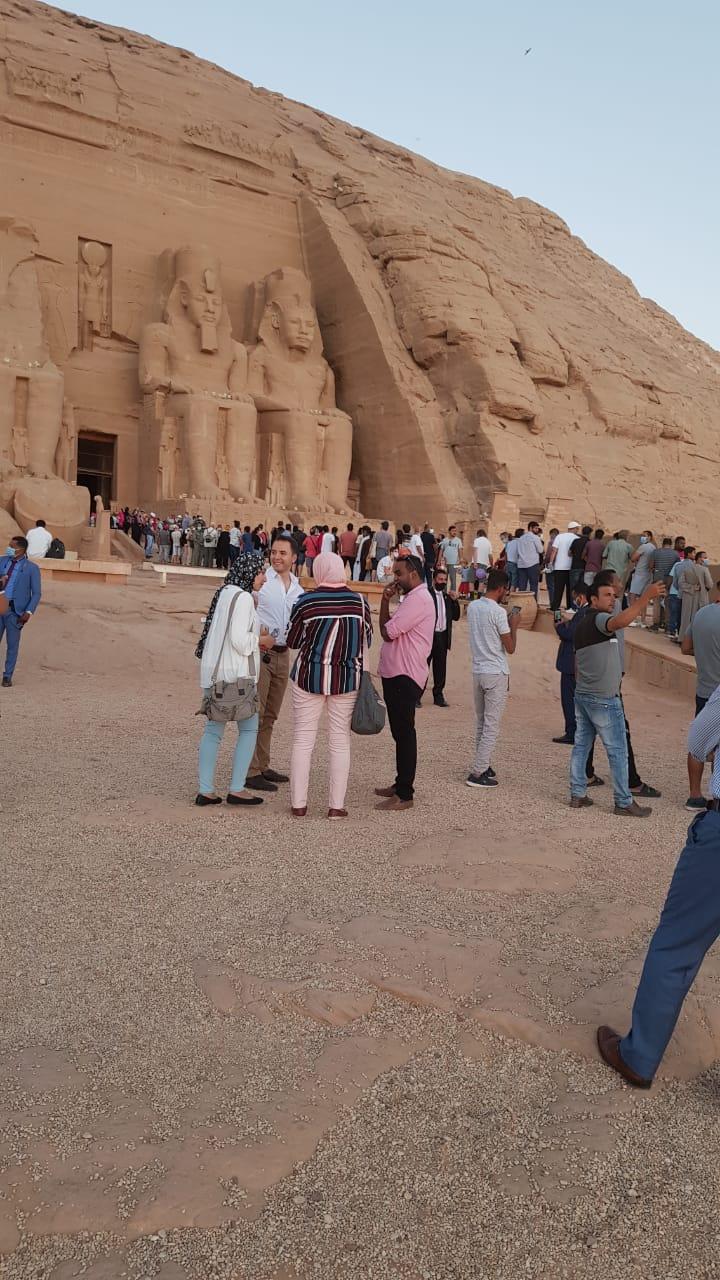 سائحون أجانب ومصريون يتابعون تعامد الشمس (2)