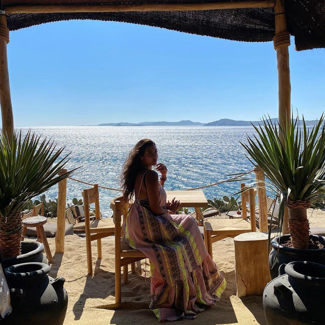 ياسمين صبرى أمام البحر فى اجازتها الصيفية