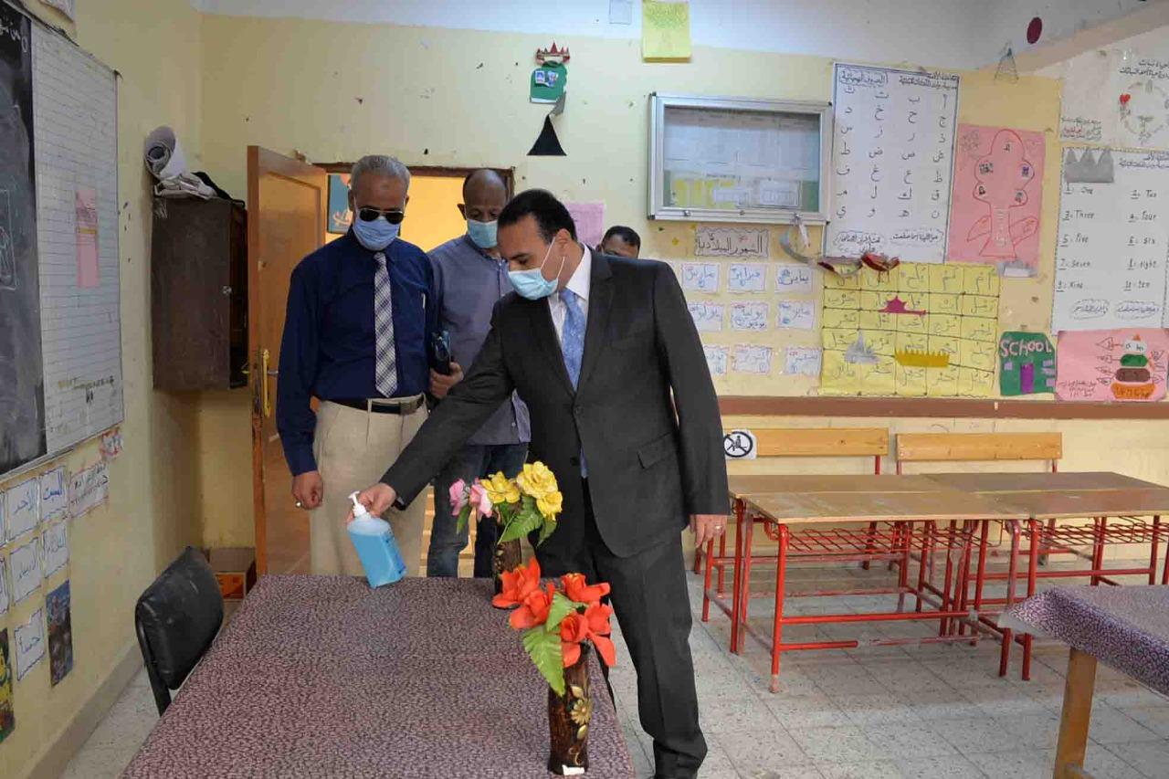 نائب محافظ الأقصر يتفقد تجهيزات لجان انتخابات مجلس النواب .. صور
