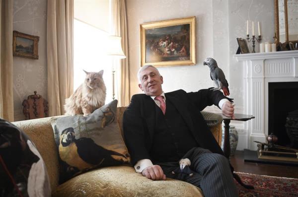 أصدقاء رئيس مجلس العموم البغبغاء بوريس والقط باتريك