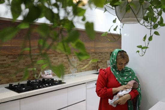 إيرانية تحضتن دمية كأنها ابنتها الحقيقية