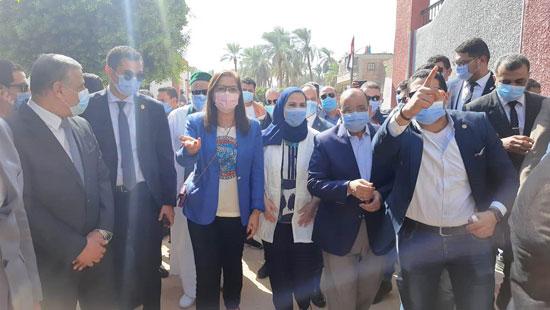4 من الوزراء فى سوهاج لمتابعة مشروعات برنامج التنمية المحلية لصعيد مصر (11)