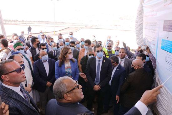4 من الوزراء فى سوهاج لمتابعة مشروعات برنامج التنمية المحلية لصعيد مصر (40)
