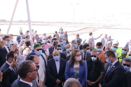 4 من الوزراء فى سوهاج لمتابعة مشروعات برنامج التنمية المحلية لصعيد مصر (38)