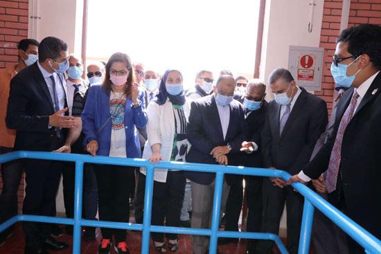 4 من الوزراء فى سوهاج لمتابعة مشروعات برنامج التنمية المحلية لصعيد مصر (32)