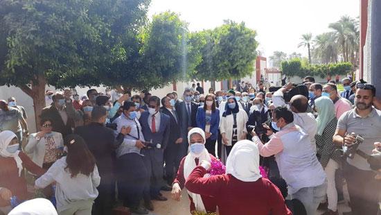4 من الوزراء فى سوهاج لمتابعة مشروعات برنامج التنمية المحلية لصعيد مصر (7)
