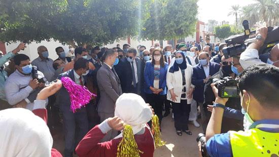 4 من الوزراء فى سوهاج لمتابعة مشروعات برنامج التنمية المحلية لصعيد مصر (4)