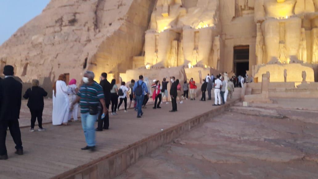 سائحون أجانب ومصريون يتابعون تعامد الشمس (12)