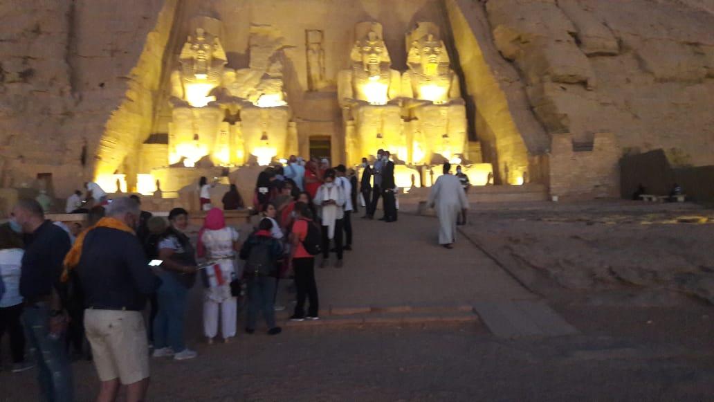 سائحون أجانب ومصريون يتابعون تعامد الشمس (17)