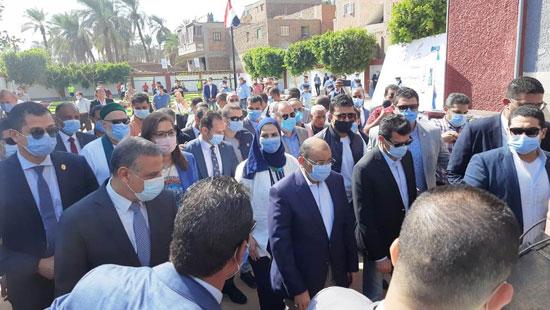 4 من الوزراء فى سوهاج لمتابعة مشروعات برنامج التنمية المحلية لصعيد مصر (13)