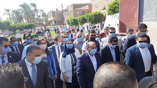 4 من الوزراء فى سوهاج لمتابعة مشروعات برنامج التنمية المحلية لصعيد مصر (14)