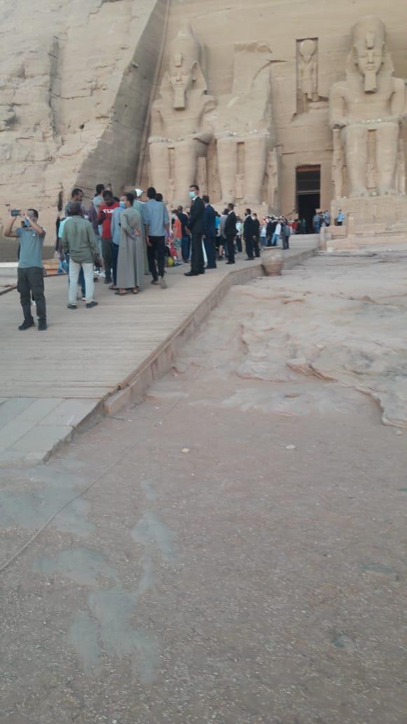 سائحون أجانب ومصريون يتابعون تعامد الشمس (9)