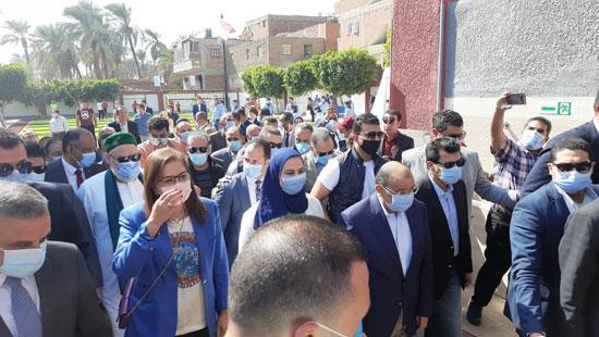 4 من الوزراء فى سوهاج لمتابعة مشروعات برنامج التنمية المحلية لصعيد مصر (15)