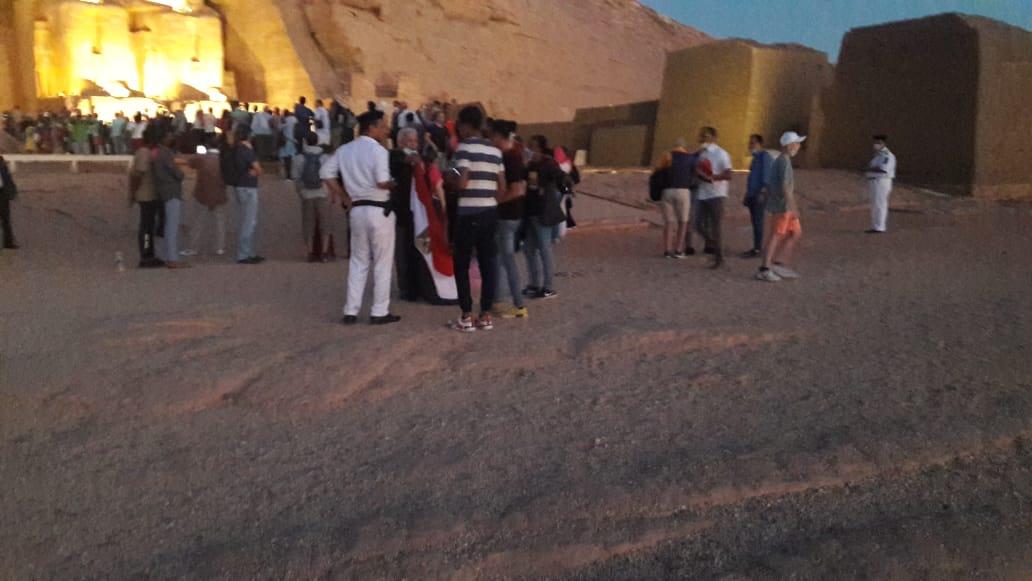 سائحون أجانب ومصريون يتابعون تعامد الشمس (1)