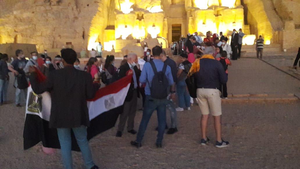 سائحون أجانب ومصريون يتابعون تعامد الشمس (14)