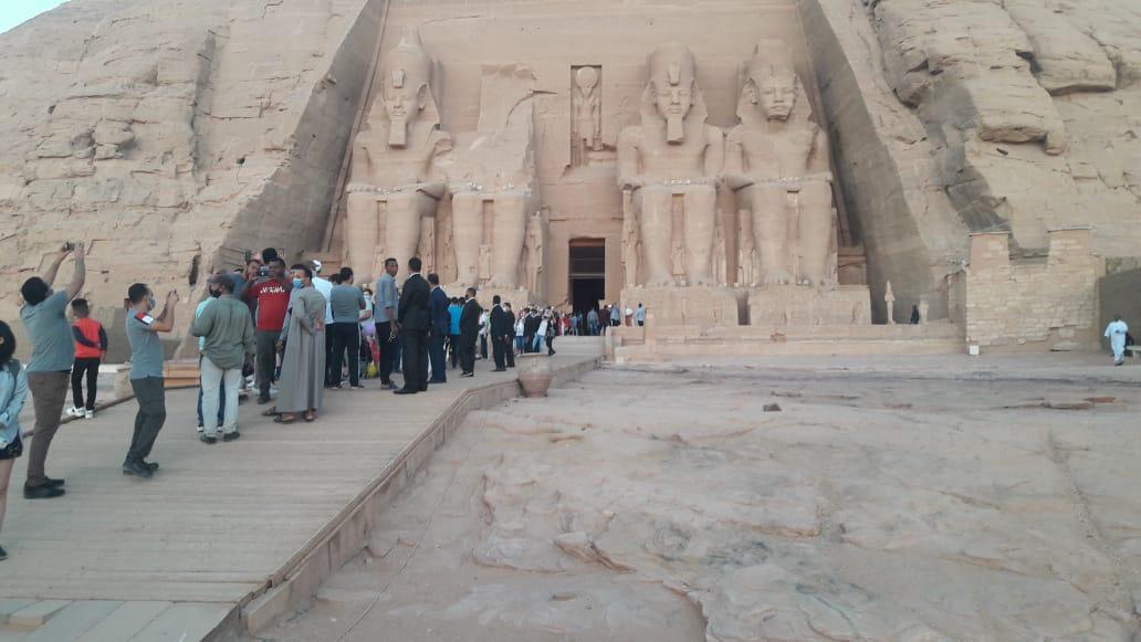 سائحون أجانب ومصريون يتابعون تعامد الشمس (8)