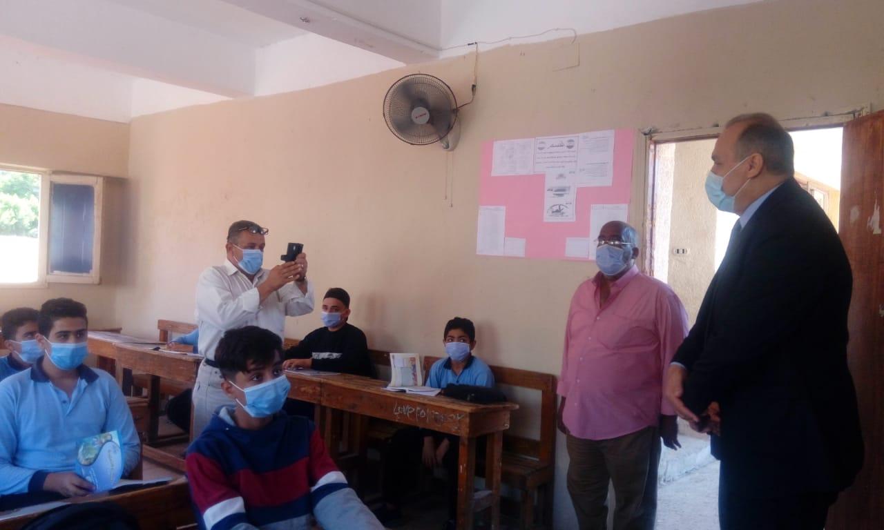 مدير تعليم القاهرة يتفقد انتظام الدراسة  (2)