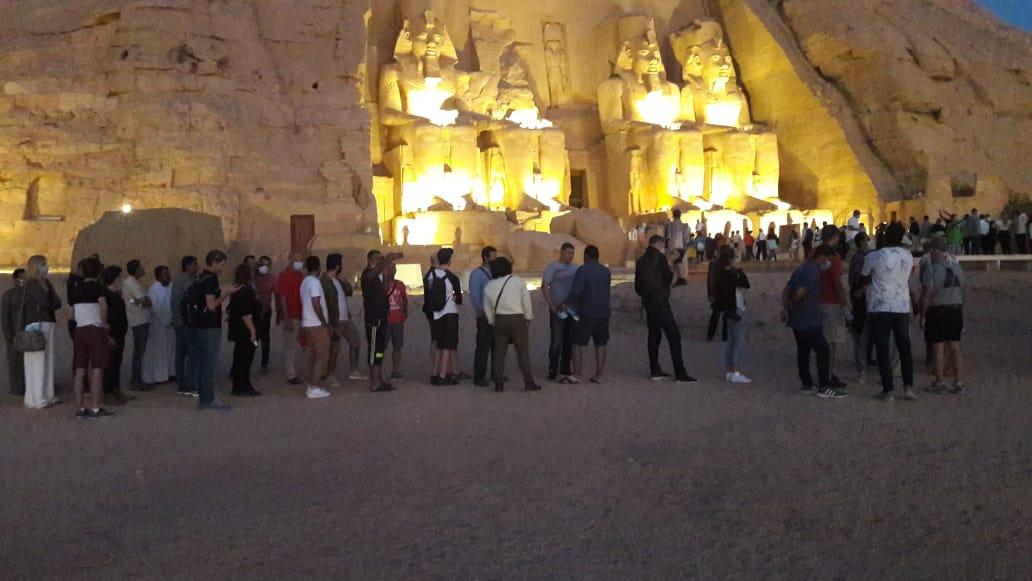 سائحون أجانب ومصريون يتابعون تعامد الشمس (16)