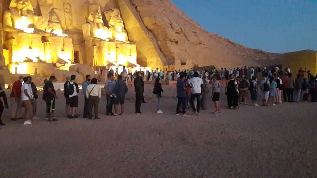 سائحون أجانب ومصريون يتابعون تعامد الشمس (15)