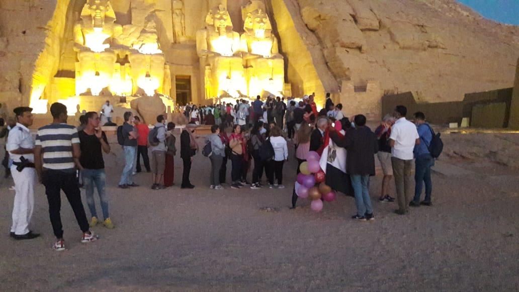 سائحون أجانب ومصريون يتابعون تعامد الشمس (13)