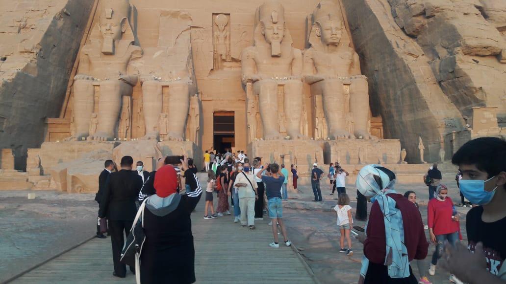 سائحون أجانب ومصريون يتابعون تعامد الشمس (5)