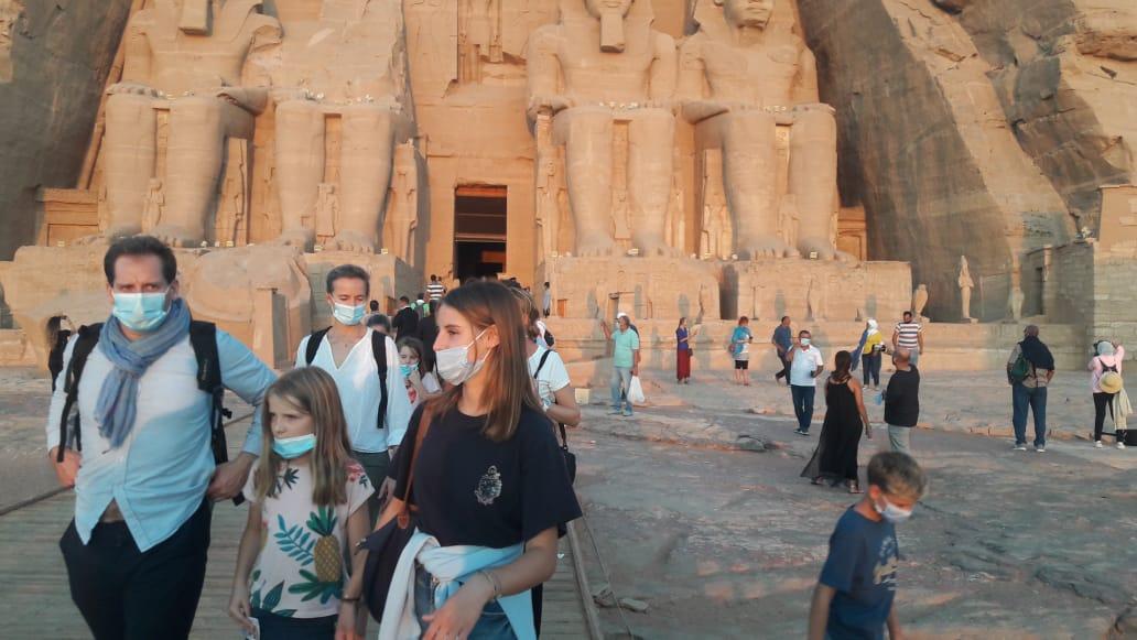 سائحون أجانب ومصريون يتابعون تعامد الشمس (4)