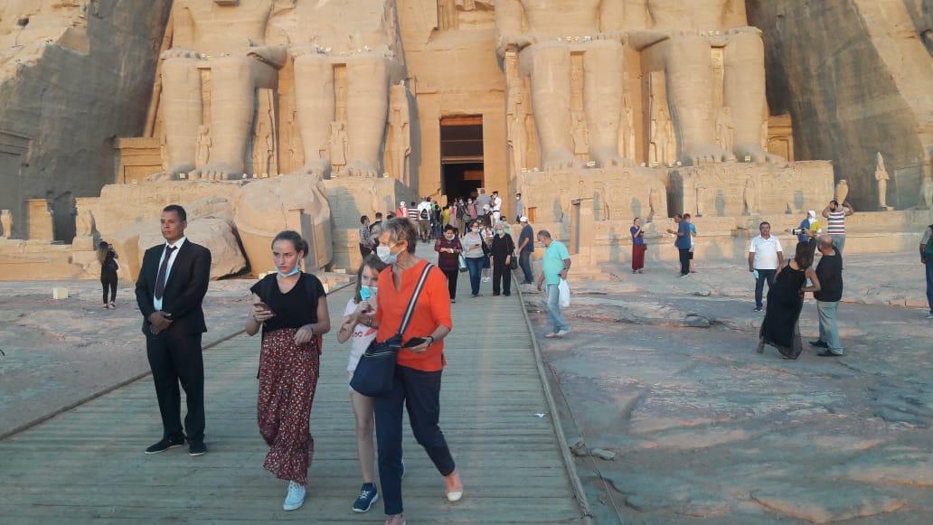 سائحون أجانب ومصريون يتابعون تعامد الشمس (6)