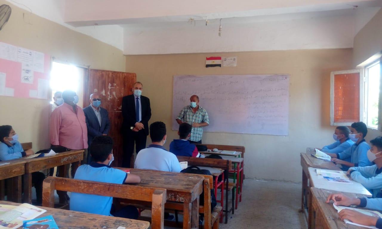 مدير تعليم القاهرة يتفقد انتظام الدراسة  (1)