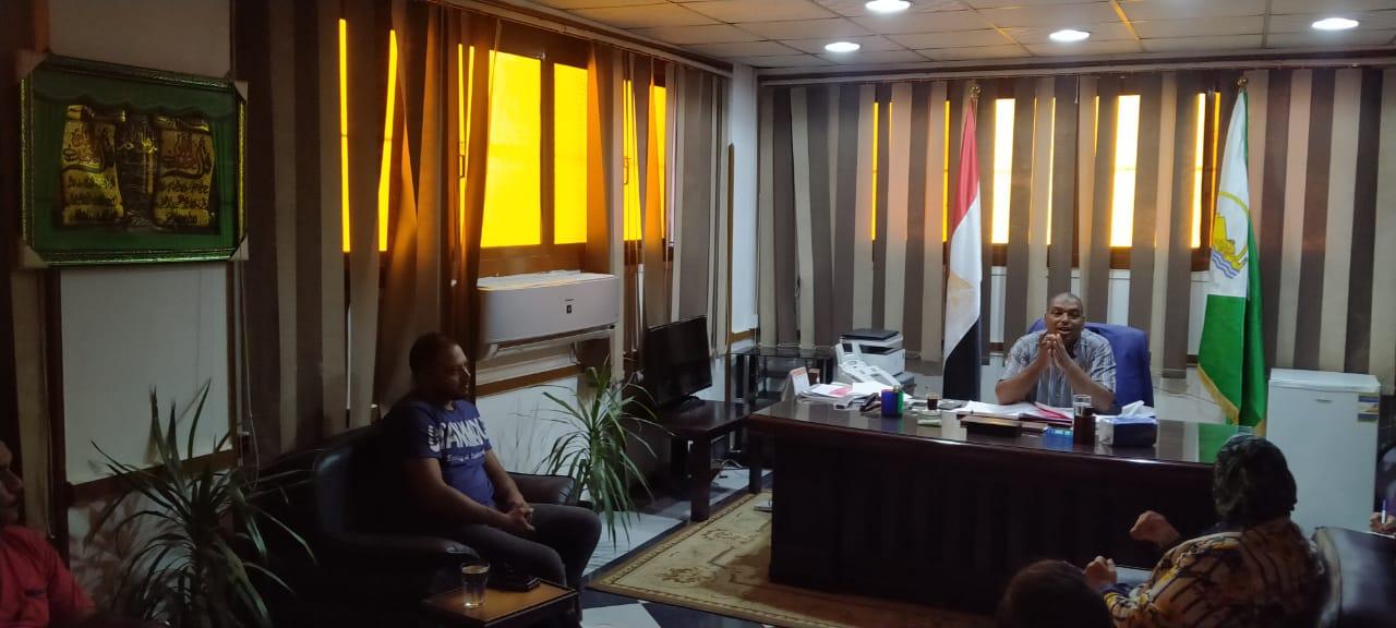 رئيس مدينة اوسيم خلال الاجتماع مع مسئولى البيئة